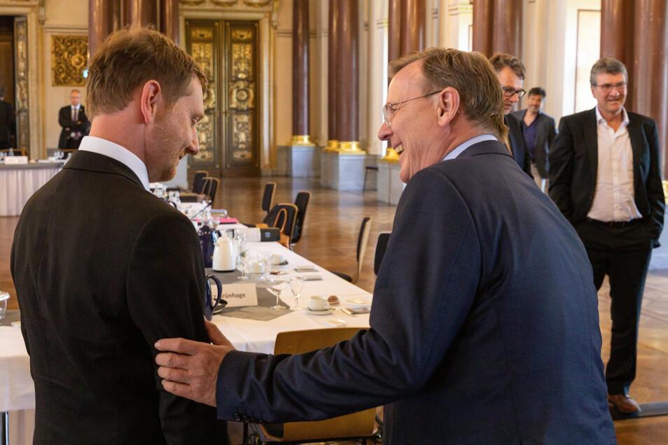 Kretschmer (l.) und Ramelow beim Treffen in Altenburg. Aus Sicht der Umfragen haben beide Ministerpräsidenten derzeit wenig Grund zum Lachen.