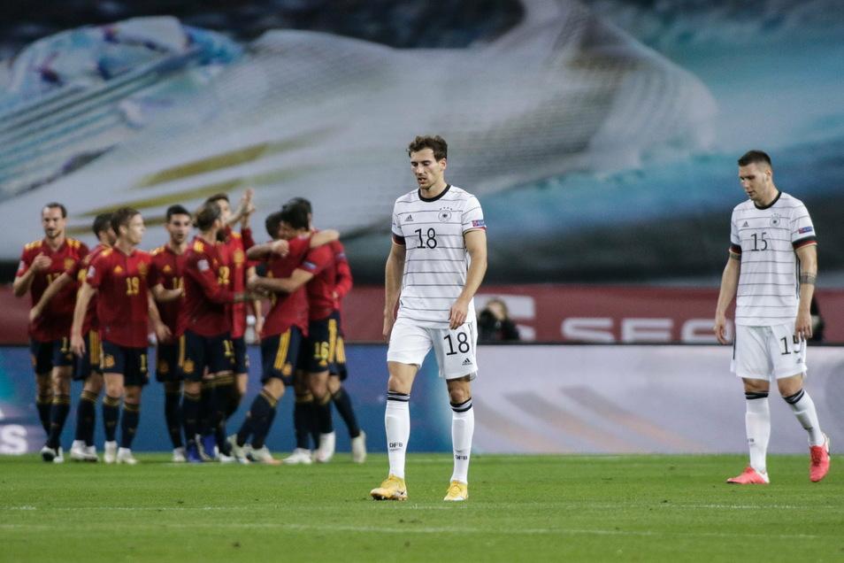 Die Köpfe der deutschen Spieler gehen nach unten wie bei Leon Goretzka und Niklas Süle, während die Spanier ihr nächstes Tor feiern. Am Ende sind es sechs Gegentreffer, die Deutschland kassiert.