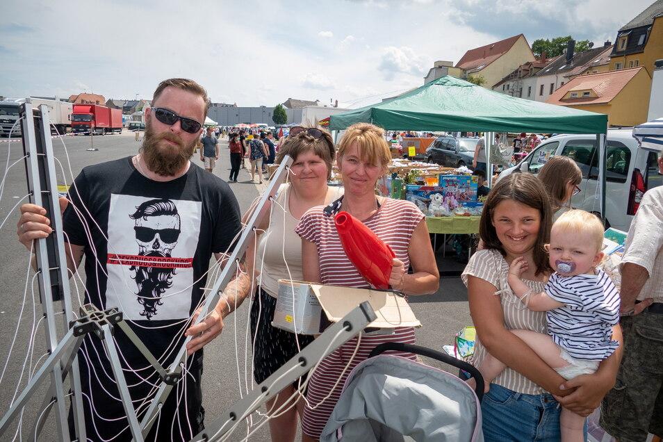 Bastian Fritzsch, Leonie Heinke, Jaqueline Fritzsch und Amelie Heinke mit Paula Fritzsch (von links) haben auf dem Flohmarkt in Döbeln eine Wäschespinne und einen Handstaubsauger ergattert.