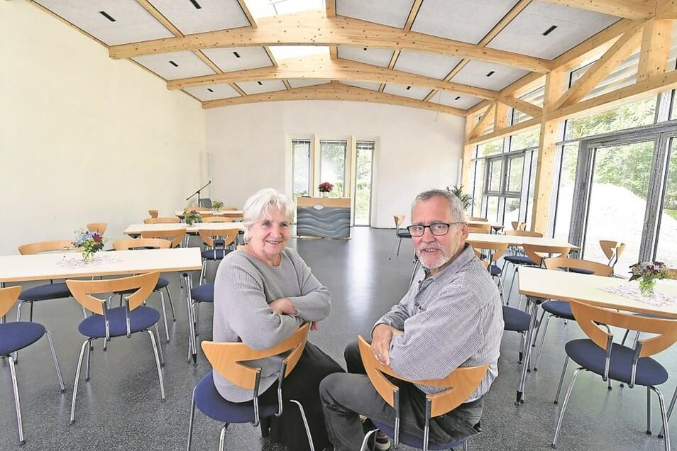 Pfarrerin Brigitte Schleinitz und Pfarrer Michael Schleinitz freuen sich auf Gäste im neuen Gemeindesaalanbau.