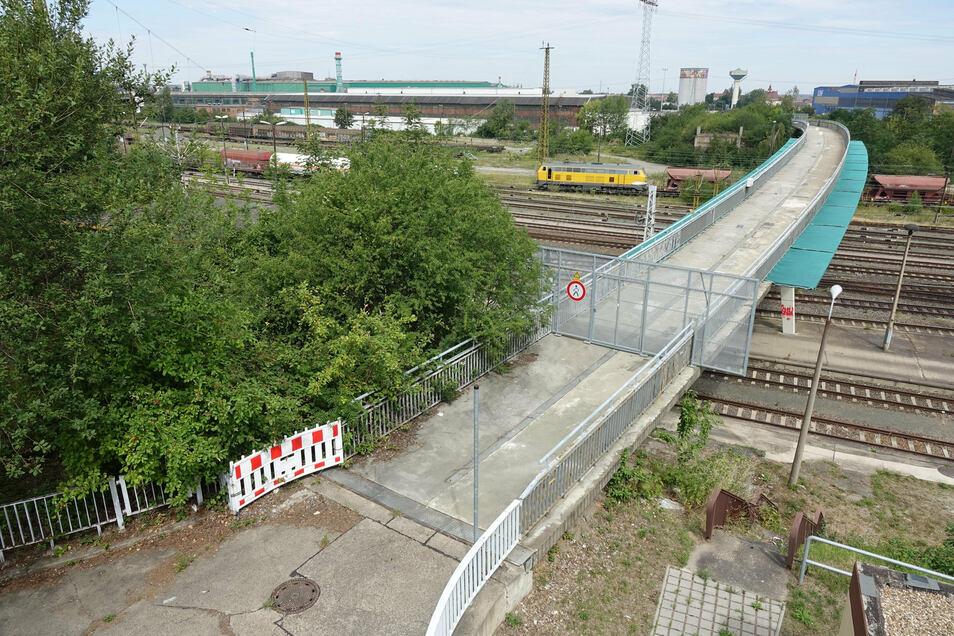 Die Fußgängerbrücke über die Gleise am Riesaer Bahnhof soll abgerissen werden. Die ersten Vorbereitungen dafür laufen schon.