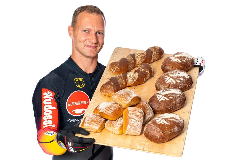 Nicht nur Bob- Rekordweltmeister, sondern auch Bäcker: Francesco Friedrich mit seinem eigenem Brot.