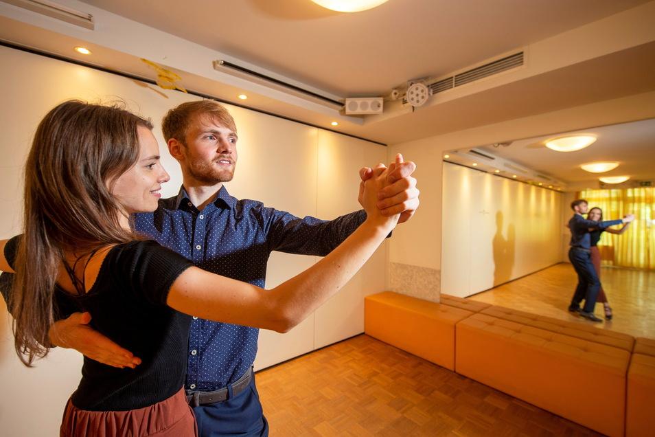 In der Tanzschule Linhart bringen Frithjof Kulawik und Jessica Weber Tanzwilligen Schritte und Rhythmus bei.