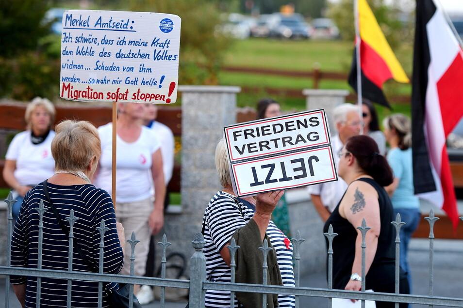 Bei einem Besuch Michael Kretschmers im vergangenen Jahr in Oppach protestierten Menschen gegen die Politik der Regierung.