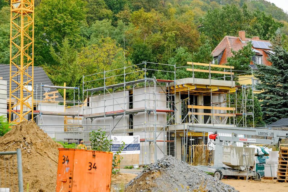 Nicht weit entfernt vom Haus auf dem oberen Foto entstehen zwei weitere Neubauten an der Kreuzung zur August-Bebel-Straße.