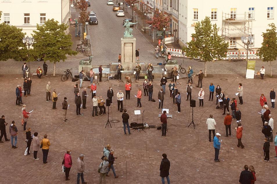 Am Donnerstagabend auf dem Großenhainer Hauptmarkt: die Singgemeinschaft und der Posaunenchor verbreiten Lebensfreude.