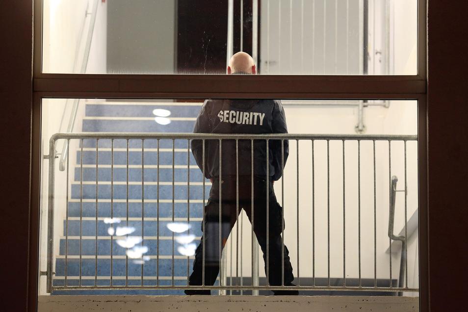 Sicherheitsfirmen zu engagieren, das Geld von den Auftragnehmern zu kassieren, aber nicht weiterzuleiten, das ist eine Masche des Angeklagten.