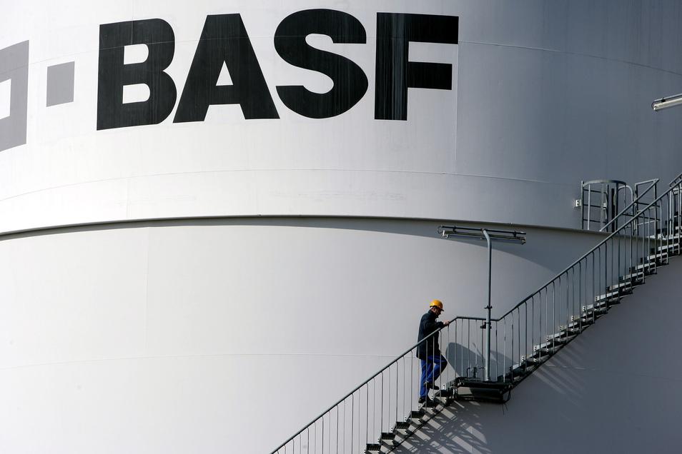 Der Chemiekonzern BASF errichtet im brandenburgischen Schwarzheide eine neue Fabrik für Batteriematerialien. Dort sollen künftig Kathoden für die Batterien von Elektroautos produziert werden