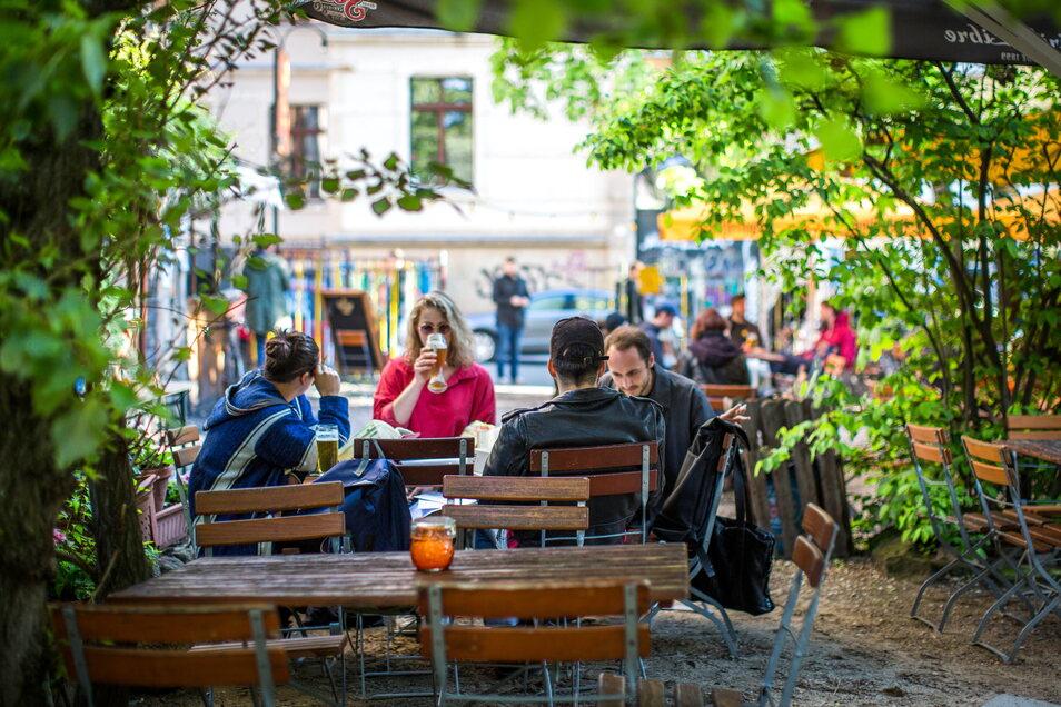Draußen Genießen erlaubt: In Dresden und Leipzig sind Biergärten und Freisitze wieder frei. Doch im Lockdown haben sich manche Restaurantfachleute andere Jobs gesucht und fehlen nun.