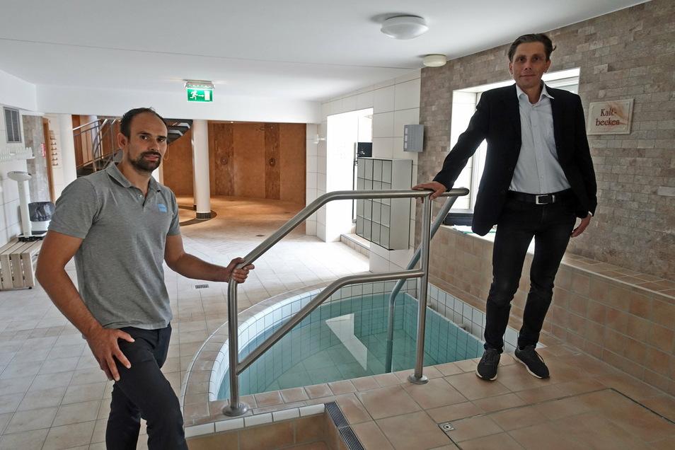 Badleiter Toni Bunzel und Stadtwerkechef Gunnar Fehnle hoffen auf eine baldige Öffnung des Hallenbades in Döbeln.