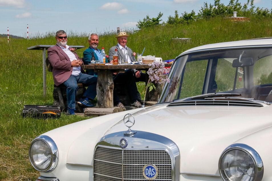 Drei alte Freunde und ihr Oldtimer: Zwischen Mittelherwigsdorf und Oberseifersdorf haben sie einen sehr schönen Platz für ihre Mittagsrast gefunden.
