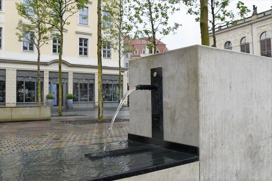 Noch kein Jahr sprudelt der neue Trinkbrunnen im Grünen Gewandhaus auf dem Neumarkt.