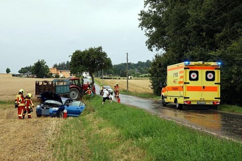 Rettungsdienst, Polizei und Feuerwehr eilten zum Unfallort.