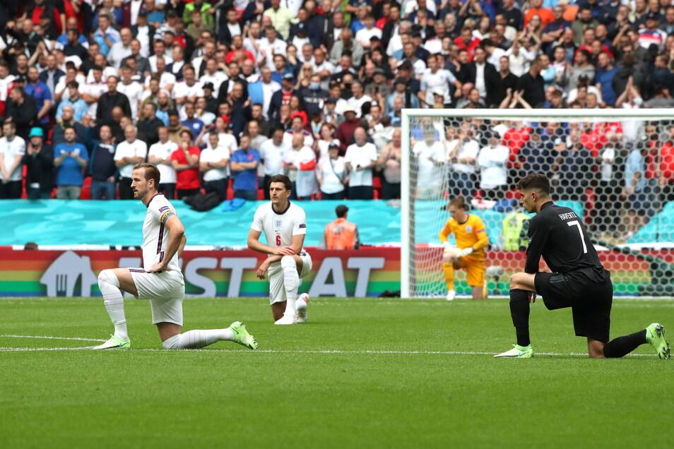 Vor dem Spiel sind die Fußballer auf die Knie gegangen. Sie setzten ein Zeichen gegen Rassismus.
