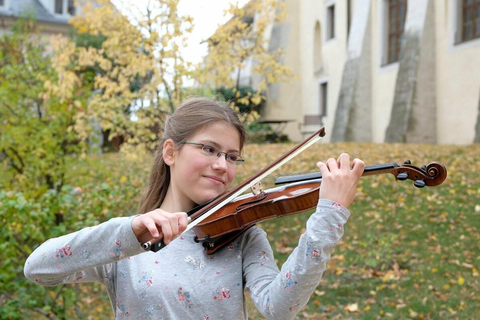 Amelie Westerkamp ist leidenschaftliche Musikerin und mit 13 Jahren die jüngste Teilnehmerin des internationalen Musikwettbewerbs in Meißen. Sie spielt auf einer Geige ihres Uropas.
