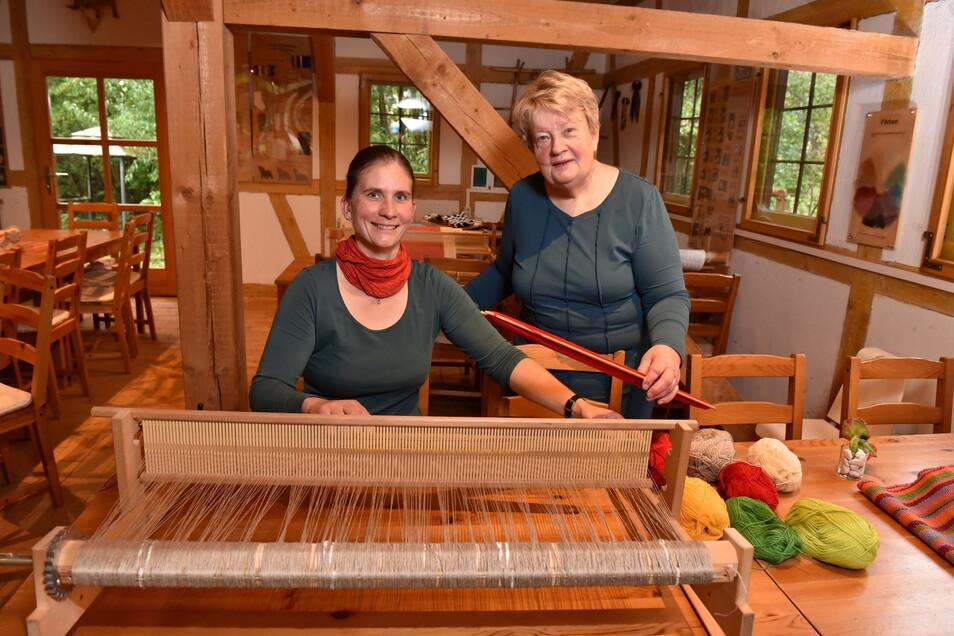 Manja und Karin (re.) Drutschmann stehen hier bei der Schäferei Drutschmann im Dippser Ortsteil Reichstädt am Tischwebstuhl. Sie nehmen am Sonntag am Tag des traditionellen Handwerks teil.