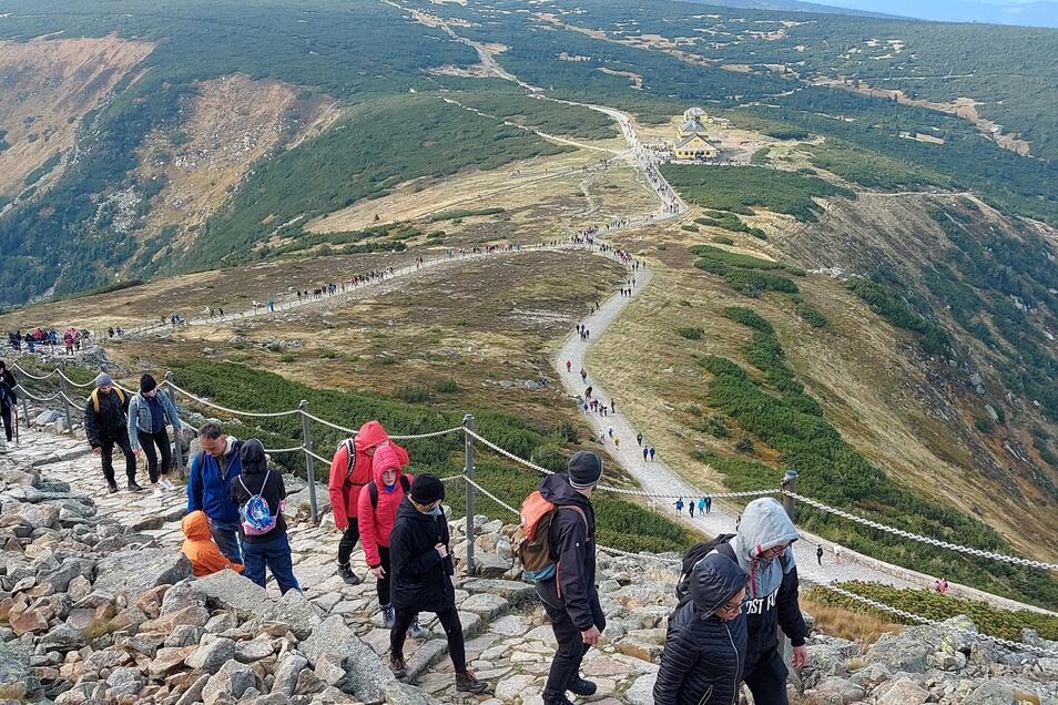 So schlängelte sich die endlose Reihe von Wanderern am vergangenen Sonnabend auf dem Zickzackweg zwischen Schlesierhaus (rechts unten) und dem Gipfel der Schneekoppe.