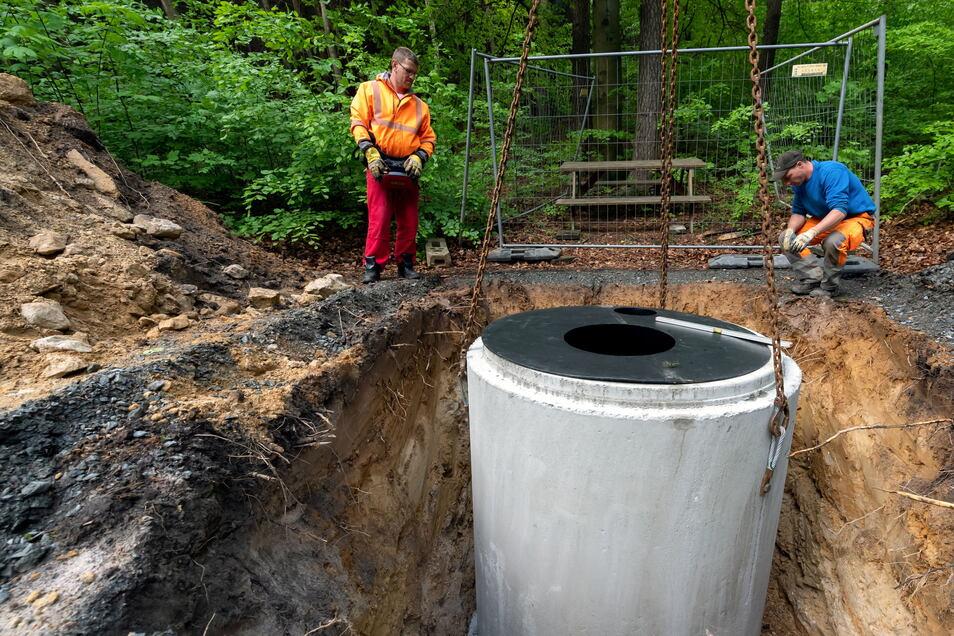 Platz da für die Trockentoilette: 4,5 Tonnen wiegt der Betonkoloss, der am Papststein in die Erde kommt.
