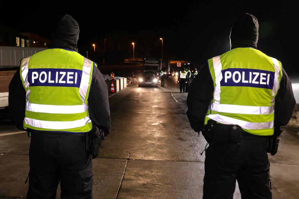 Wie hier auf der A17 bei Breitenau wird seit 14. Februar 2021 an der Grenze wieder strenger kontrolliert. Tschechien wurde als Virusvariantengebiet eingestuft und deshalb gelten verschärfte Einreisevorschriften.