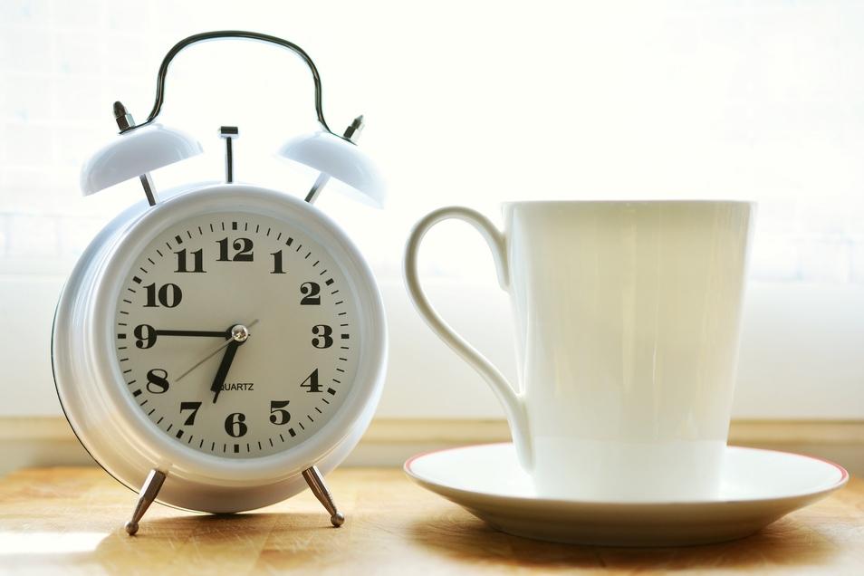 Am Sonntag Uhren umstellen nicht vergessen. Auch, wenn gefühlt eine Stunde fehlt, findet man doch etwas Positives daran: Denn die Stunde bekommen wir im Oktober wieder.