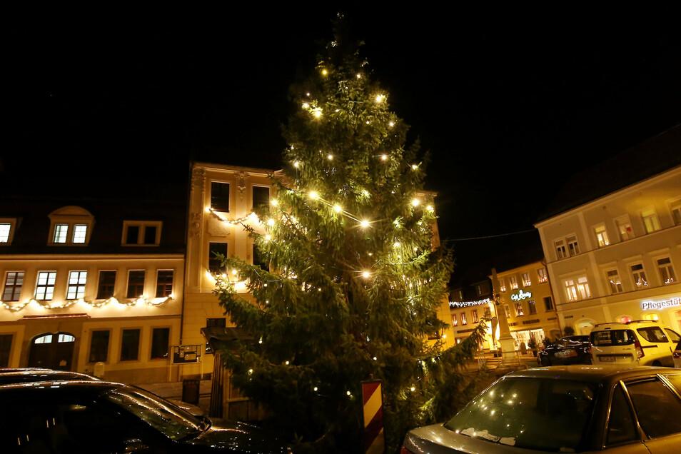 Der Weihnachtsbaum auf dem Radeberger Marktplatz ist jedes Jahr ein Schmuckstück. Am 25. November wird der nächste aufgestellt.