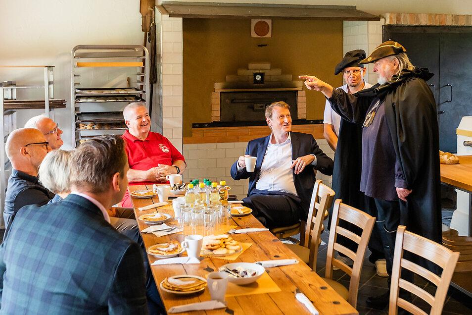 Noch wird im Backhaus getestet, aber für einen Kaffee mit dem VNG-Vorstandschef Ulf Heitmüller (Dritter von rechts) eignet sich die Backstube schon.