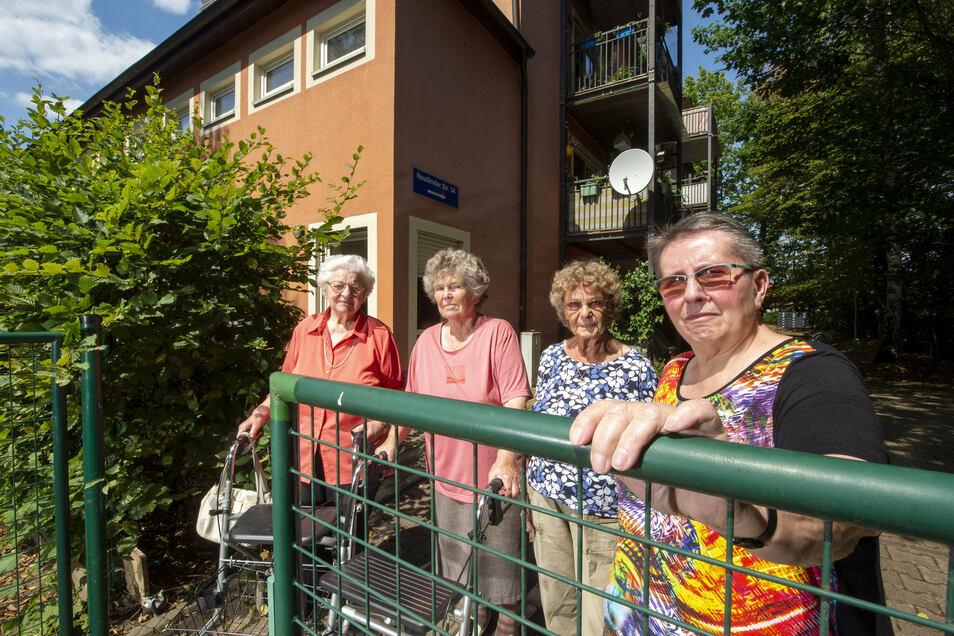Müssen jetzt zum Hinterausgang zur Straße laufen, mit einigen Hinternissen (von rechts): Monika Rohrmoser, Wanda Buschmann, Eva Wolf und Ingeborg Bottor.