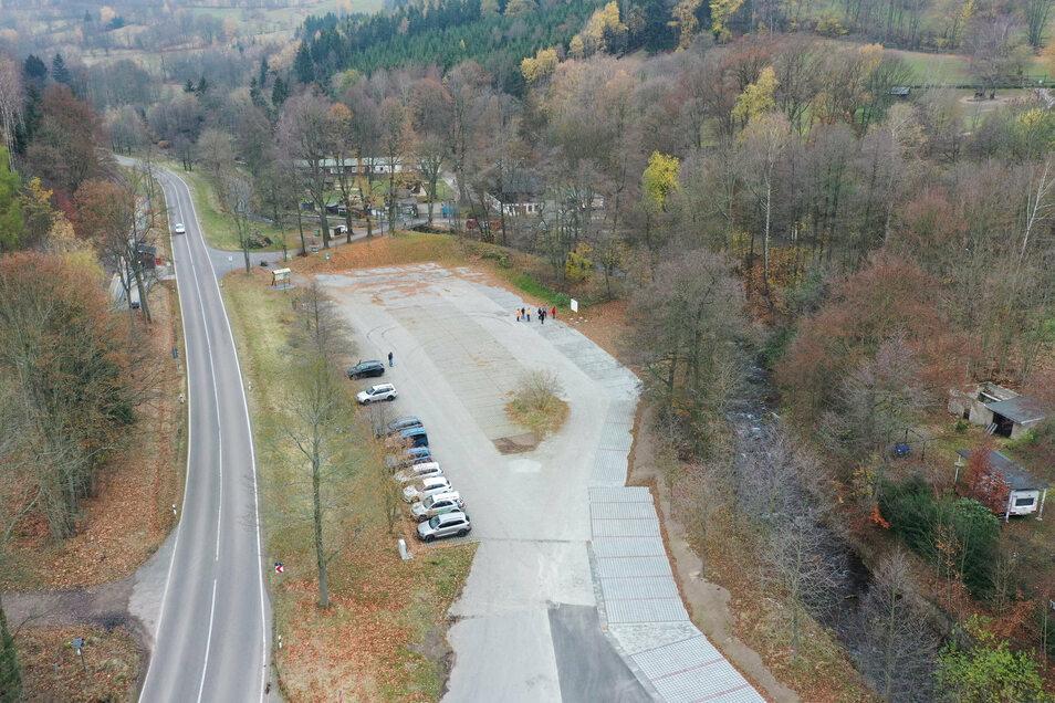 Viel Platz für wenig Leute: Am Dienstag war die Bauabnahme des neuen Parkplatzes am Wildpark.
