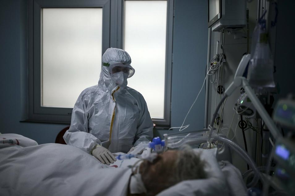 Eine Schutzkleidung, wie diese Krankenschwester sie anhat, muss auch Stefanie Feiner tragen. Die Patienten sehen nicht mehr als die Augen der Pflegerinnen und Pfleger.