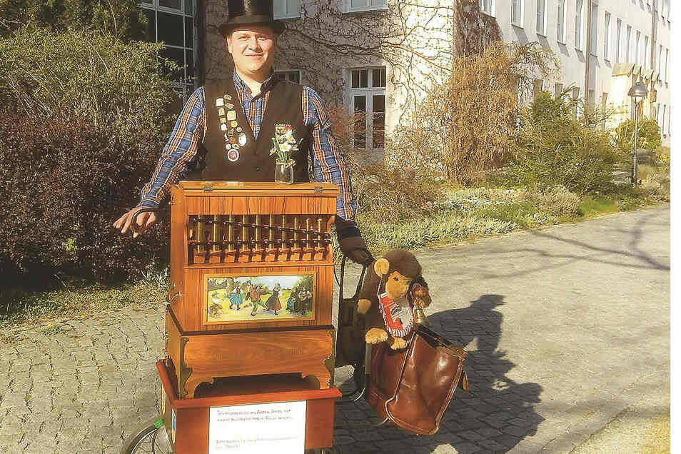 Pierre Pilz, Drehorgelspieler aus Görlitz, erfreut an den Wochenenden und zu Feiertagen die Menschen mit seiner Musik. Zu Ostern spielte er vor Altenheimen und am St.-Carolus-Krankenhaus in Görlitz.