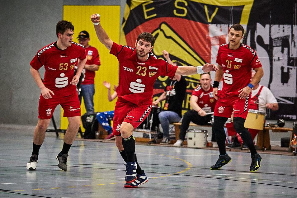 Freude bei der SG Pirna/Heidenau: Miran Valincic (Mitte) hat seinen Vertrag verlängert.