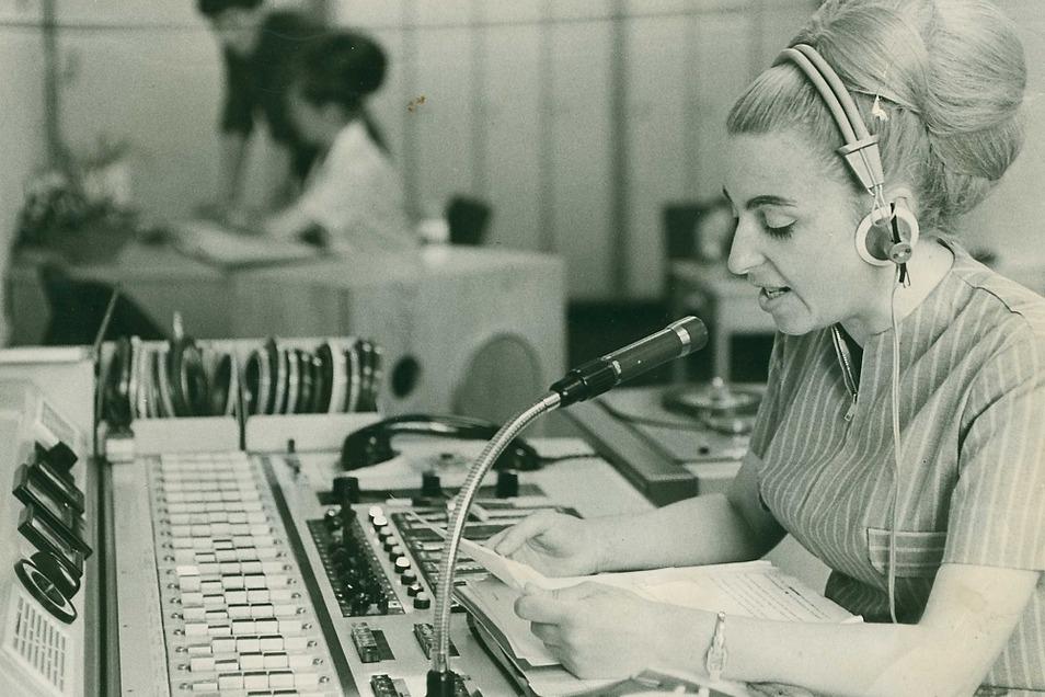 """Barbara Zenker bei ihrer Arbeit im """"Centrum""""-Warenhaus in Hoyerswerda. Hier war sie fast zwei Jahrzehnte lang die Stimme im Kaufhaus-Funk, morgens vor der Öffnung für die Belegschaft und während der Öffnungszeiten für die Kundschaft."""