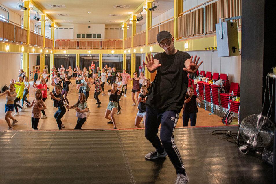 Er kennt die Schritte: Tom Hökel aus Halle trainierte in dieser Woche mit den Mädchen von Kamenz can Dance im Kamenzer Stadttheater.