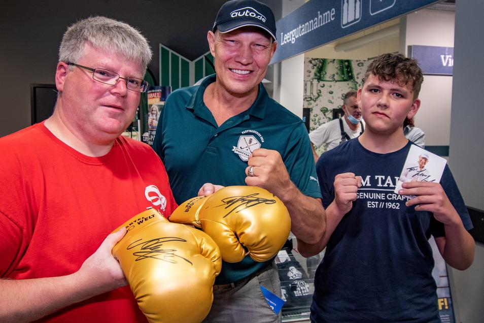Tobias Hinke, Abteilungsleiter und Trainer beim Roßweiner Sportverein, und der Döbelner Nachwuchsboxer Eric Mücke treffen Profisportler Axel Schulz.