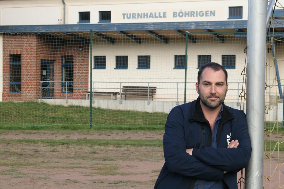 Böhrigens Ortsvorsteher Philipp Resch steht auf dem Sportplatz des Ortes. Der ist ebenso wie die Turnhalle ungenutzt.