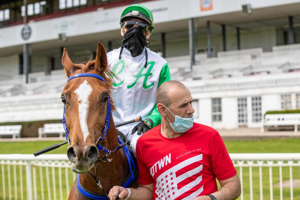 Filip Minarik gehört zu den 23 Jockeys, die am Freitag in Dresden mit Rennschal starten.