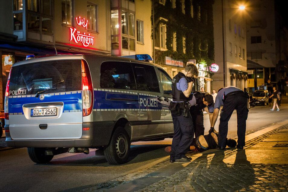 Polizisten fanden in der Dresdner Neustadt wieder Drogen. Bei Kontrollen wurden sie selbst zur Zielscheibe.