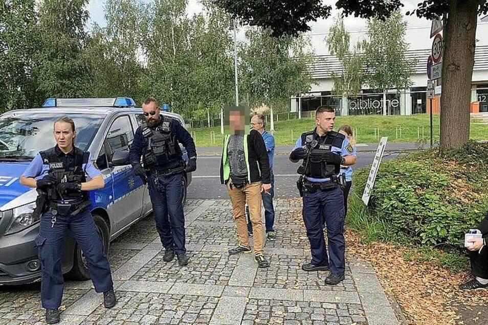 Weil dieser Impfgegner in der Berufsschule Zittau bei einer Impfaktion randalierte, musste die Polizei anrücken.