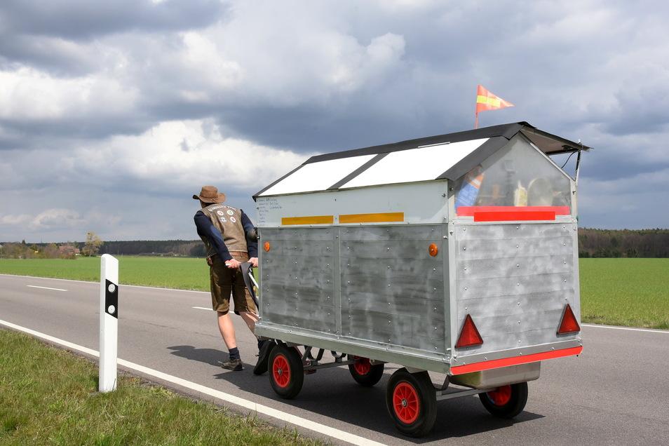 Sachsen-Anhalt, Landstraße 107: Michael Rott aus Chemnitz zieht sein umgebautes, fahrbares Gewächshaus. Er will Deutschland verlassen - auch wegen der Corona-Politik.