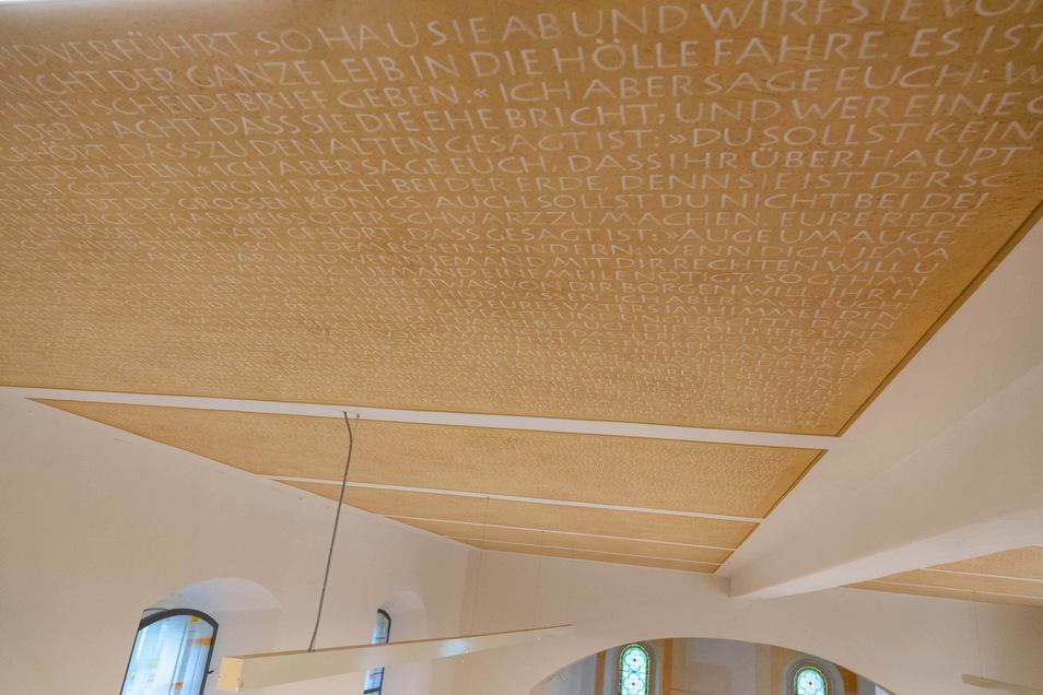 Die komplette Bergpredigt aus dem Matthäus-Evangelium ist an der Decke zu lesen.