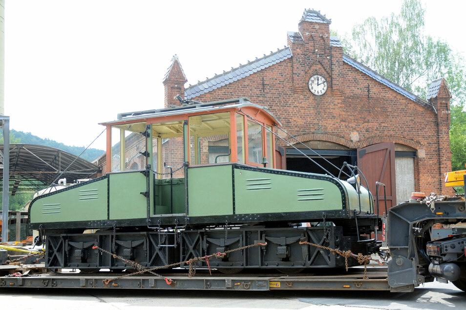Die alte Straßenbahnlok hatte die Stadt vom Verkehrsmuseum Dresden erhalten. Sie soll Kernstück einer Ausstellung im ehemaligen Straßenbahndepot werden.