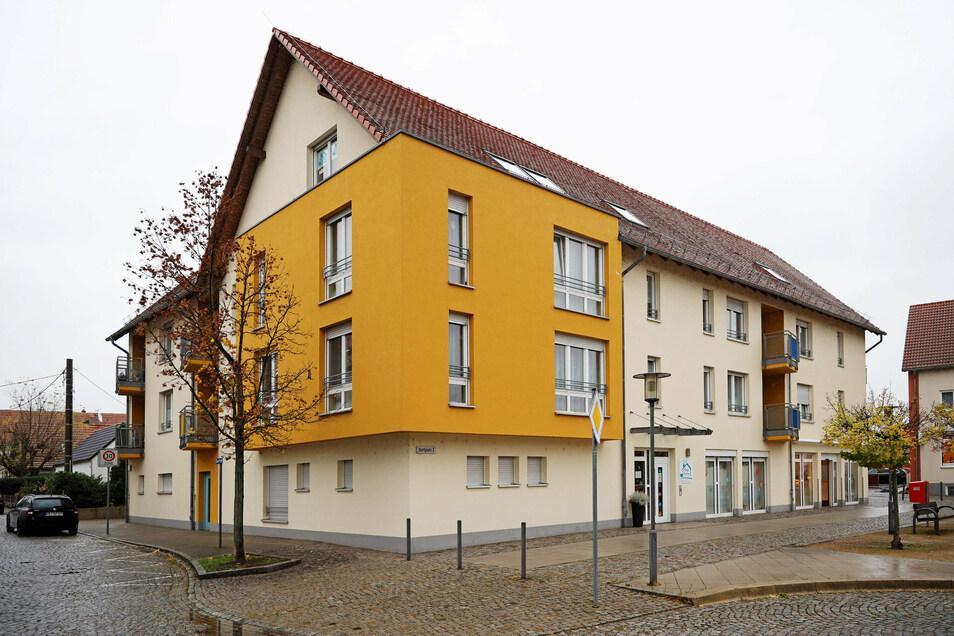 Wieder ein Corona-Ausbruch in einem Pflegeheim. Diesmal ist das Pflegezentrum Romy Christoph am Dorfplatz in Röderau betroffen. Elf Mitarbeiter und elf Bewohner sind positiv getestet worden.