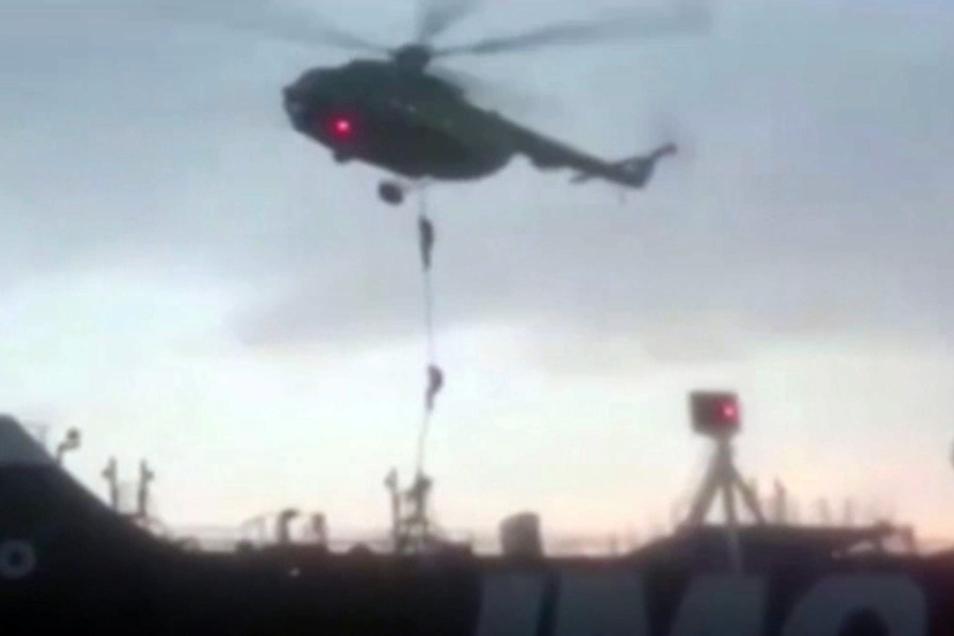 Dieses Videostandbild zeigt Mitglieder der Revolutionsgarde, die sich von einem Hubschrauber auf den britischen Öltanker Stena Impero abseilen.