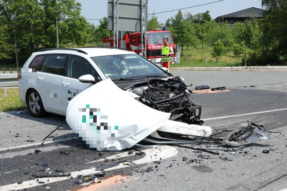 Der Fahrer eines VW Golf wurde schwer verletzt in ein Krankenhaus gebracht.