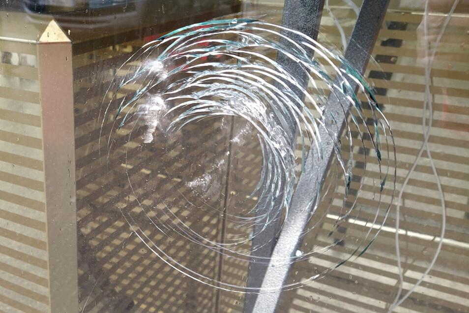 Unbekannte haben versucht, am Testcenter am Döbelner Edeka-Markt eine Scheibe einzuschlagen.