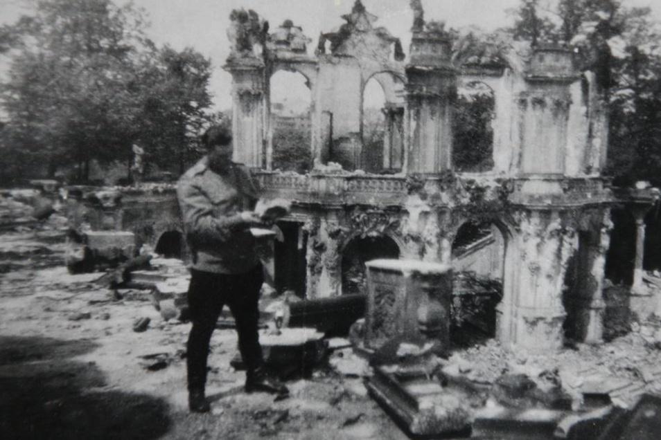 Der Mann, der die Madonna fand: Unterleutnant Leonid Rabinowitsch vom 164. Bataillon der Roten Armee, hier in Betrachtung von Fragmenten des Dresdner Zwingers.