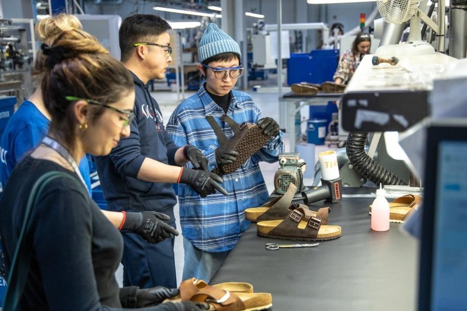 Qualitätskontrolle: Journalisten aus aller Welt nehmen die Birkenstock-Produktion in Bernstadt und Görlitz unter die Lupe.