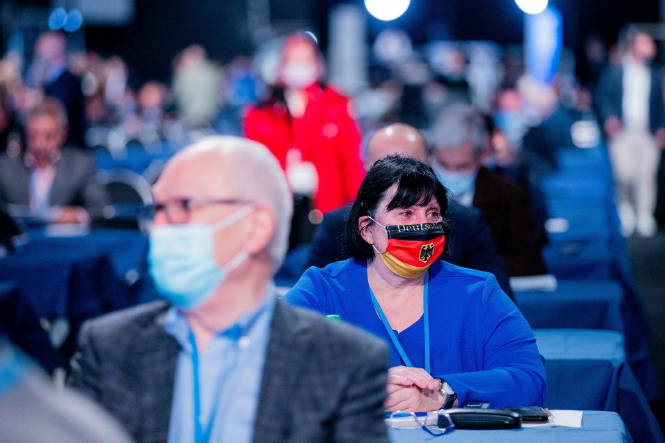 Die AfD-Delegierten müssen auch an ihren Plätzen Mund-Nasen-Schutz tragen. Eine Klage dagegen wurde abgewiesen.