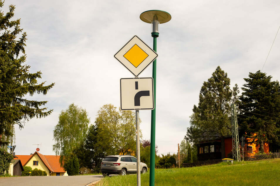 Auf der Straße Neuhäuser in Krumhermsdorf werden die Vorfahrtsregeln geändert.