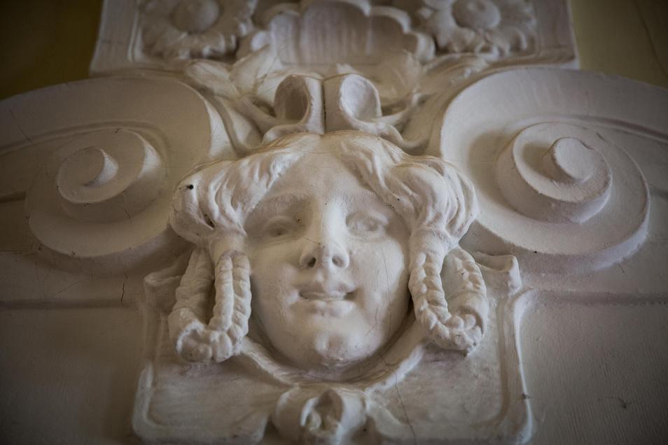 An verschiedenen Stellen prägen Stuckelemente und auch Kunstmarmor die Flure und Zimmer des neobarocken Prunkbaus. Mit viel Aufwand werden diese Zierelemente von Fachleuten restauriert.